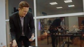 Biznesowy mężczyzna chuje gotówkowego pieniądze w miejsce pracy i stawia w kieszeni w biurze zdjęcie wideo