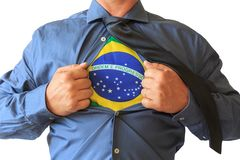 Biznesowy mężczyzna ciągnie jego koszulkę otwartą, pokazywać Brazylia flagę państowową Biały tło obrazy royalty free