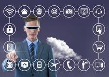 Biznesowy mężczyzna dotyka cyfrowo wytwarzać złączone ikony z vr szkłami zdjęcie royalty free