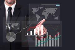 Biznesowy mężczyzna dotyka globalną mapy ikonę na wirtualnym ekranie Zdjęcie Stock