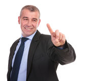 Biznesowy mężczyzna dotyka imaginacyjnego ekran Fotografia Royalty Free