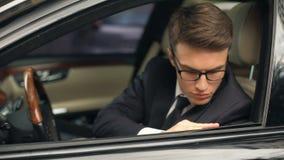 Biznesowy mężczyzna dotyka nowych kupujących samochodów szczegóły, premia klasowy samochód, satysfakcja zdjęcie wideo