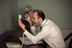 Biznesowy mężczyzna gestykulować agresywny i krzyk na telefonie Zdjęcia Stock