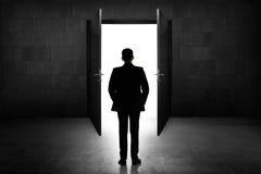 Biznesowy mężczyzna iść otwarte drzwi Zdjęcia Stock