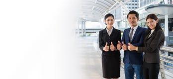 Biznesowy mężczyzna i biznesowa kobieta uśmiechamy się biel kopii przestrzeń dla teksta i pokazujemy kciuk w górę dwa ręki przy m Zdjęcia Royalty Free