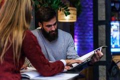 Biznesowy mężczyzna i kobieta ma spotkania przy bufetem fotografia stock