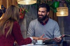 Biznesowy mężczyzna i kobieta ma spotkania przy bufetem obrazy royalty free