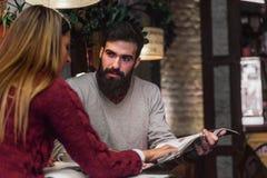 Biznesowy mężczyzna i kobieta ma spotkania przy bufetem fotografia royalty free