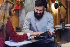 Biznesowy mężczyzna i kobieta ma spotkania przy bufetem zdjęcie stock