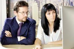 Biznesowy mężczyzna i kobieta pracuje przed komputerem w biurze w Nowy Jork obrazy stock