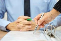 Biznesowy mężczyzna i kobieta sprawdza propozycję kontrakt Obraz Royalty Free