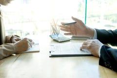 Biznesowy mężczyzna i prawnik patrzeje biznesowy kontrakt zdjęcie royalty free