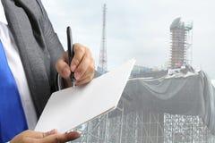 Biznesowy mężczyzna i wysoki budynku projekt budowlany dla nieruchomości Fotografia Royalty Free