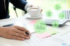 Biznesowy mężczyzna kalkuluje finanse Zdjęcia Stock