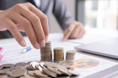 Biznesowy mężczyzna kalkuluje o koszcie i robić przy biurem finanse, obrazy stock