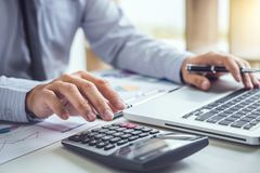 Biznesowy mężczyzna lub księgowy pracuje Pieniężną inwestycję na calec zdjęcia stock
