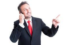 Biznesowy mężczyzna ma ideea podczas gdy opowiadający na telefonie Fotografia Stock