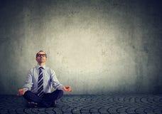 Biznesowy mężczyzna medytuje relaksować z oczami zamykającymi fotografia stock