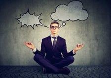 Biznesowy mężczyzna medytuje uśmierzać stres ruchliwie korporacyjny życie fotografia stock