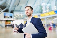 Biznesowy mężczyzna na podróży służbowej z laptopem zdjęcia stock