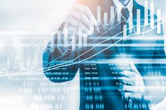 Biznesowy mężczyzna na rynku papierów wartościowych wskaźnika pieniężnym handlowym backgroun Obrazy Stock