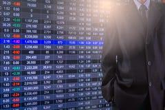 Biznesowy mężczyzna na rynku papierów wartościowych wskaźnika pieniężnym handlowym backgroun Obraz Royalty Free
