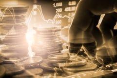 Biznesowy mężczyzna na rynku papierów wartościowych wskaźnika pieniężnym handlowym backgroun Fotografia Royalty Free
