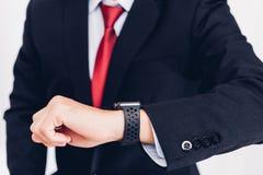 Biznesowy mężczyzna noszony i on widzii mądrze zegarek na ręce obrazy royalty free