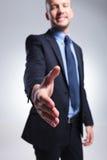 Biznesowy mężczyzna oferuje uścisk dłoni Fotografia Royalty Free