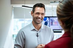 Biznesowy mężczyzna Opowiada I ono Uśmiecha się Podczas Korporacyjnego wywiadu W biurze zdjęcia royalty free