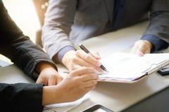 biznesowy mężczyzna opowiada konsultować raportu papier pieniężny zdjęcie royalty free