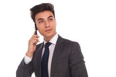 Biznesowy mężczyzna opowiada na przyglądającym up i telefonie Zdjęcia Royalty Free