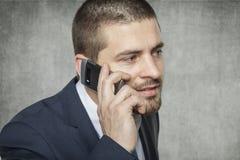 Biznesowy mężczyzna opowiada na telefonie zdjęcie stock