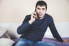 Biznesowy mężczyzna - Opowiadający w telefonie fotografia royalty free