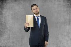 Biznesowy mężczyzna otrzymywał kopertę z łapówką Fotografia Royalty Free