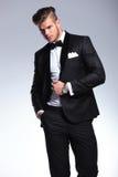 Biznesowy mężczyzna patrzeje daleko od z ręką na kurtce Fotografia Royalty Free