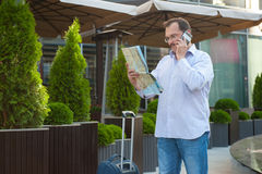 Biznesowy mężczyzna patrzeje sposób na mapie Obraz Royalty Free