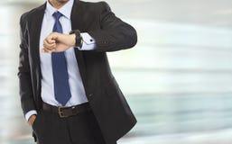 Biznesowy mężczyzna patrzeje at the time na jego zegarku Obraz Royalty Free