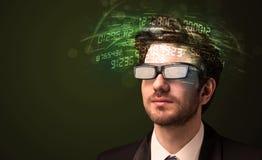 Biznesowy mężczyzna patrzeje zaawansowany technicznie numerowych obliczenia Zdjęcia Royalty Free