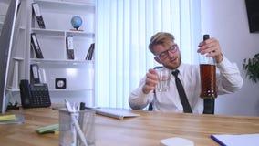 Biznesowy mężczyzna pije alkohol w biurze zbiory wideo