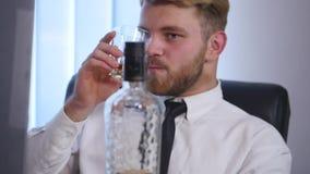 Biznesowy mężczyzna pije alkohol w biurze zdjęcie wideo