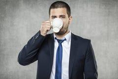 Biznesowy mężczyzna pije kawę zdjęcie royalty free