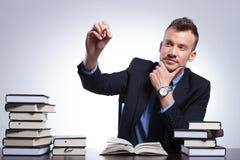 Biznesowy mężczyzna pisze na imaginacyjnym ekranie Obrazy Stock