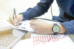 Biznesowy mężczyzna planuje plenerowego miejsce używa smartwatch analizuje pieniężnego raportowego wykresu 2017 trendu prognozowa Obrazy Royalty Free