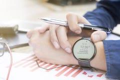 Biznesowy mężczyzna planuje plenerowego miejsce używa smartwatch analizuje pieniężnego raportowego wykresu 2017 trendu prognozowa Zdjęcie Stock