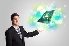 Biznesowy mężczyzna pokazuje nowożytnego pastylki technologii pojęcie Obraz Royalty Free