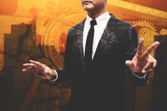 Biznesowy mężczyzna pokazuje rękę i palec dwoisty ujawnienie z machina Zdjęcie Stock