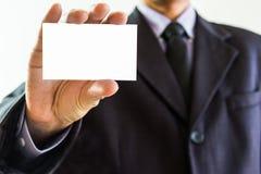 Biznesowy mężczyzna pokazuje wizytówki zbliżenie strzelał na białym backgro Obraz Stock