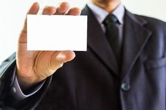 Biznesowy mężczyzna pokazuje wizytówki zbliżenie strzelał na białym backgro Zdjęcia Royalty Free