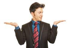 Biznesowy mężczyzna porównuje dwa produktu Obrazy Royalty Free